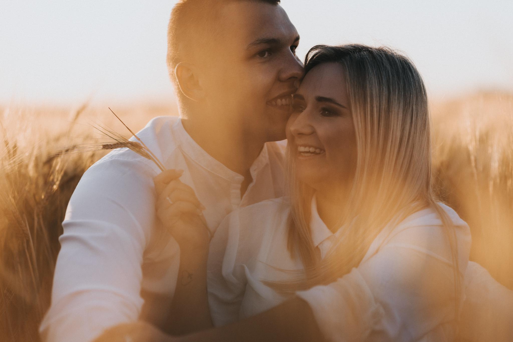 Martyna i Damian – sesja narzeczeńska w złocistym polu